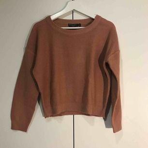 En gammelrosa stickad tröja. Superfin och sparsamt använd! Den är mer rosa i verkligheten, kan skicka fler bilder vid intresse.  Frakt tillkommer!