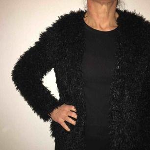svart fake päls jacka från gina tricot. väldigt fluffig och mysig. ingen dragkedja eller knappar. knappt använd. frakt ingår💸