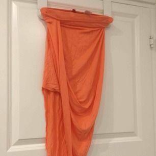 Härlig peachfärgad kjol med väldigt snygg passform! Perfekt till brännan.