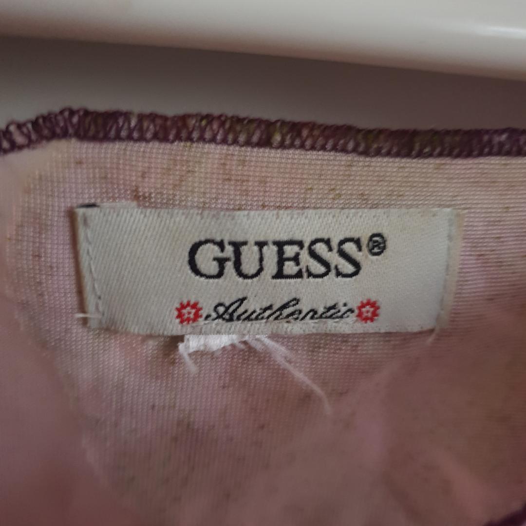 Vacker & unik topp/blus från Guess. genomskinlig tyg med blommor i sametes  Jag tror att storleken är M. den är lite croppad. Frakt ingår!. Blusar.