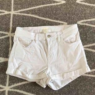 ett par vita midwaist shorts från hm, aldrig använda så i nyskick, nypris 200, kan sänka priset vid snabb affär, fraktar men köparen får stå för fraktkostnaden, hör gärna av er om ni har frågor eller vill ha fler bilder :)