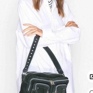 Säljer min SUPER fina mörkgröna väska från Nunoo! Nypris 1600kr så säljer den billigt! Har tröttnat på väskan. Det tillkommer ett längre axelband.☺️ OBS!!! 970kr ÄR SISTA PRISET, GÅR EJ NER I PRIS. Endast seriösa köpare tack!