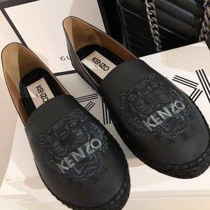 Jätte fina kenzo espadrilles i läder. Köpta från Jackie nypris 2100kr