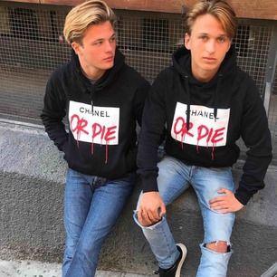 """Säljer en svart """"Chanel or Die"""" hoodie som är slutsåld och kommer ej in på lager igen. Inköpt på Wallery Gallery Riddargatan 1 Stockholm."""