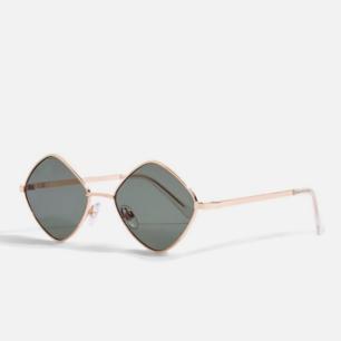 Snygga Solglasögon i diamant form. Köpt på en vintage butik. Kan ta en bild med de på :) Frakt 39kr