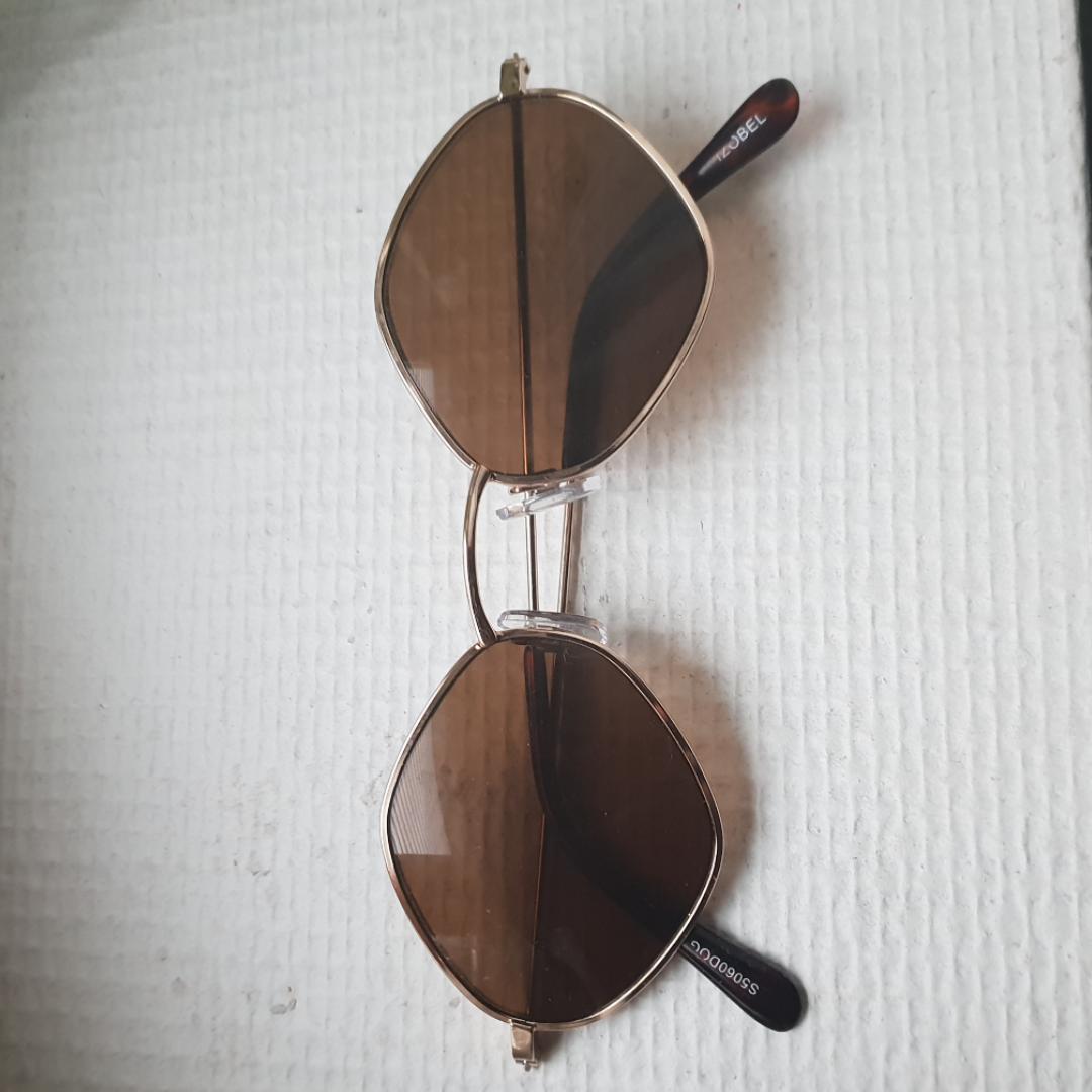 Snygga Solglasögon i diamant form. Köpt på en vintage butik. Kan ta en bild med de på :) Frakt 39kr. Accessoarer.