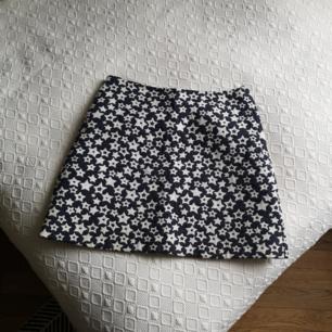 A-formad kjol i storlek 36 från & other stories. Sparsamt använd