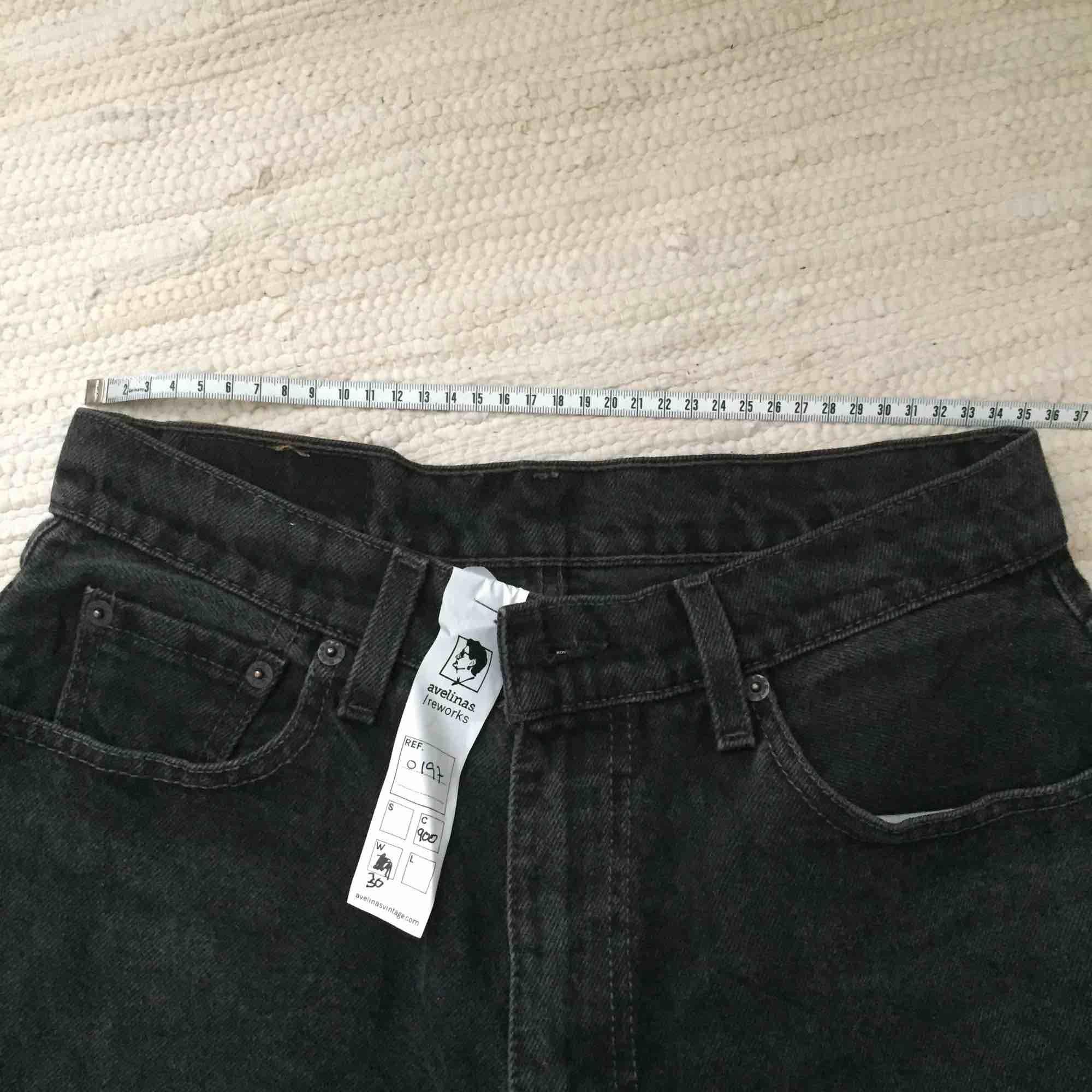 Aldrig använda, äkta Levi's vintagejeans i tvättad svart färg. Supersnygga, höga i midjan och skulle passa en S eller strl 36 bäst. Köpta på vintageaffär men säljer pga alldeles för små (är en strl 40-42 i vanliga fall). Pris kan diskuteras!!. Jeans & Byxor.