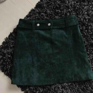 Grön Kjol från Zara i äkta mocka. Säljer då den inte kommer till användning längre, fint skick!