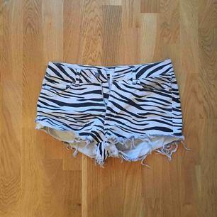 Zebramönstrade shorts i storlek 36. Aldrig använda, fint skick. Köpt från Nelly.com