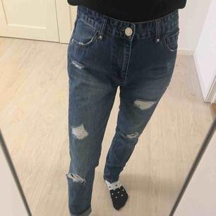 Jättefint boyfriend jeans från Stradivarius. Storlek är 32 (oversized), men kan passa också för 34-36 (XS-S).  Frakt är plus 54kr.