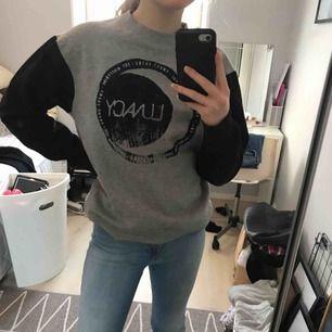 grå-svart tröja från sweetskibs med en måne på, i bra skick och super skön, XS men mer som en S, kan sänka priset vid snabb affär, fraktar men köparen får stå för fraktkostnaden, hör gärna av er om ni har frågor eller vill ha fler bilder :)