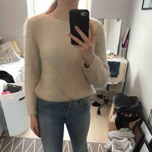 fluffig beige tröja från zara, i bra skick, kan sänka priset vid snabb affär, fraktar men köparen får stå för fraktkostnaden, hör gärna av er om ni har frågor eller vill ha fler bilder :)