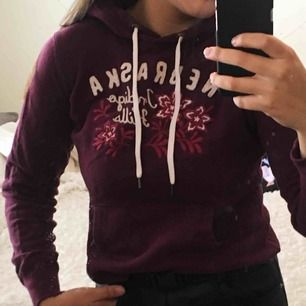 Vinröd hoodie köpt på H.M