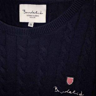 Märkes plagg! Bondelid tröja. Köpte fel storlek och är använd 2 ggr. Nypris 599kr och därför ger jag den för 450kr eftersom den knappt är använd. Pris kan diskuteras! 🌺