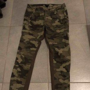 Härliga kamouflage byxor som är luftiga, på benen är det ränder med Manchester tyg. Aldrig använda