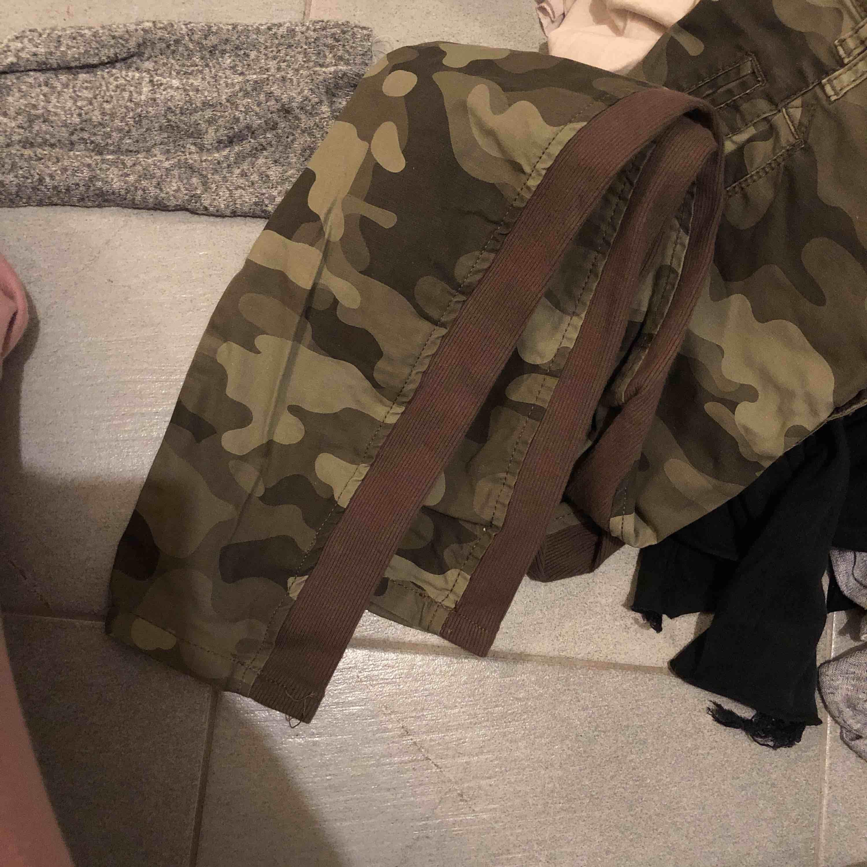 Härliga kamouflage byxor som är luftiga, på benen är det ränder med Manchester tyg. Aldrig använda. Jeans & Byxor.