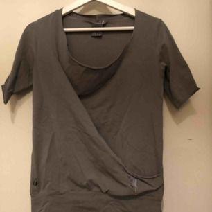 Luftig fin T-shirt med resår vid midjan