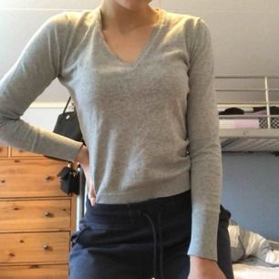 Grå tröja från esprit i storlek S. V-ringad. Använd en del men inget fel på den! Köpt för kanske runt 200-300 kr  Frakt ca 40 kr