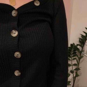 Helt ny tröja från monki💘 Går att knäppa upp och använda som kofta. Fraktas eller möts upp