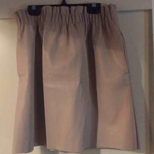 Puderrosa kjol i skinnimitation. Köpt på ZARA. Står L men passar även till M. Använd 1 gång, ser ny ut!