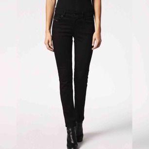 Säljer ett par snygga svarta Diesel jeans i model Sandy! Tight fit. Aldrig använda, alla tags kvar på plagget (nypris 999).