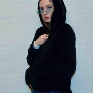 🍒SOFTEST N WARMEST🍒 Denna Teddy hoddie från Gina Tricot räddar alla vintrar. Mjukast, varmast och snyggast i strl:M. Denna hoodie är i gott skick men ej sprillans ny. SÅÅÅÅ SNYGG att styla med cargo pants och stora hoops. Frakt tillkommer. Puss o K.🍒