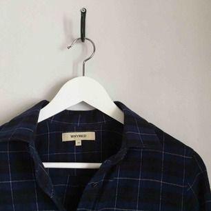 blå-rutig skjorta från WHYRED. endast använd 2 gånger, superfint skick. kan mötas upp i göteborg eller frakta (isf står köparen för frakten).
