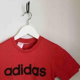 röd t-shirt från adidas. passar XXS-XS beroende på hur tajt man vill att den sitter. kan mötas upp i göteborg eller frakta (isf står köparen för frakten).