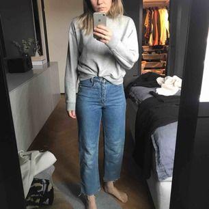 höga secondhand jeans ankellånga, hittar inte storleken men jag brukar ha storlek 25 och dom passar bra på mig, är 163 cm lång