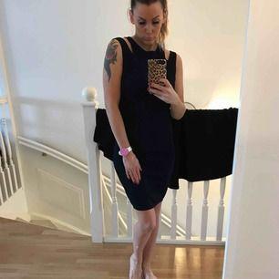 Mörk,mörkblå klänning från Mango stl xs-s  stretchig. Knappt använd .