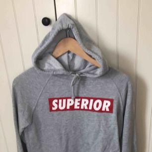 En super snygg och skön hoodie  Står ej för frakt kostad