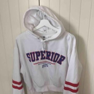 Jätte snygg hoodie, köpte den och tänkte ha som oversize (har S) men kom aldrig till användning