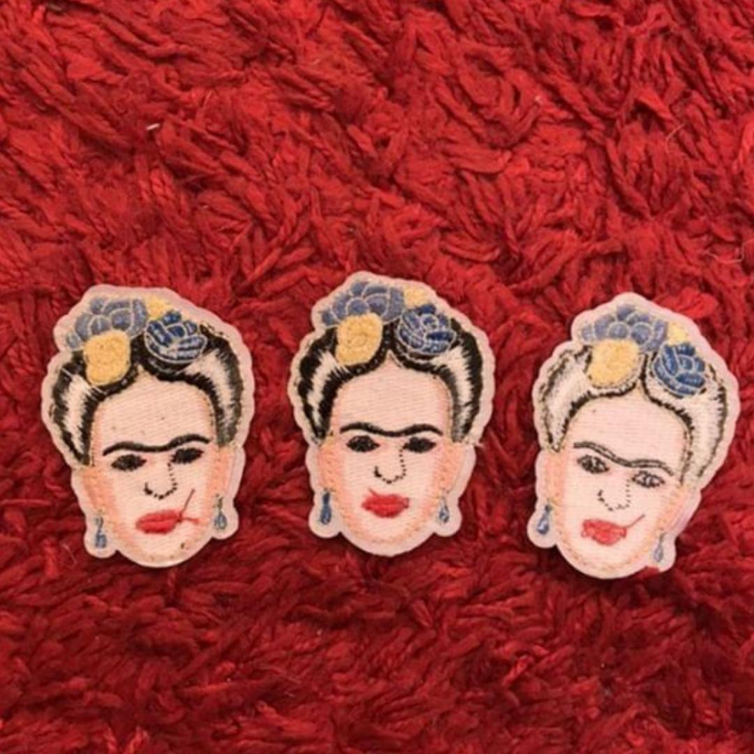 Säljer dessa tre jättefina Frida Kahlo patches som man enkelt styrker på kläder. Som på ett par jeans eller jacka! De är ca 7 cm på höjden och ca 5 cm på bredden. Säljer dom för 25 kronor styck och då ingår frakten! Säljer alla tre för 60!. Övrigt.