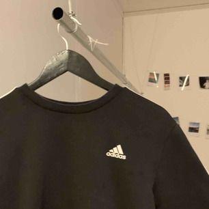 adidas tröja i bra skick. köpt på herrsidan. inga skavanker, fläckar eller hål. pris kan diskuteras.