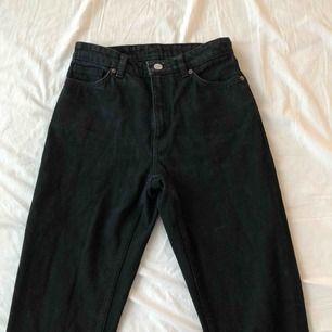 W27 L30/28 Svarta mom jeans från Monki, nästan aldrig använda. Ingen stretch så därför skulle jag säga att de passar en 26 också. 200kr + frakt 💘