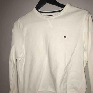 en långärmad tommy hilfigher avklippt lite tunnare sweatshirt. kan frakta men köparen står för frakt!