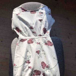 ALDRIG ANVÄND klänning i storlek 36. Passar mig som vanligtvis är 38 och slutar precis vid knäna. Dragkedja i lägre ryggen. Köpare står för frakt.