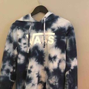 en blåspräcklad vans hoodie i storlek xs. köparen betalar frakt✌🏻🦋aldrig använd
