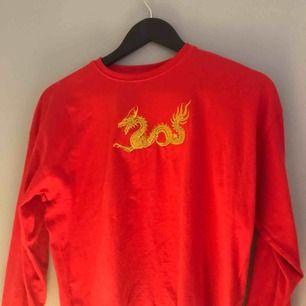 en långärmad röd tröja med en guldig broderad drake🦋 köpt ifrån carlings✌🏻aldrig använd, köparen betalar frakt!