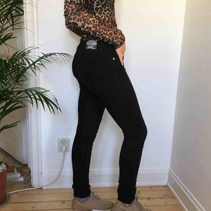 Ett par lågmidjade svarta jeans från JC! Vi möts gärna upp i Stockholm men pm frakt betalar köparen det