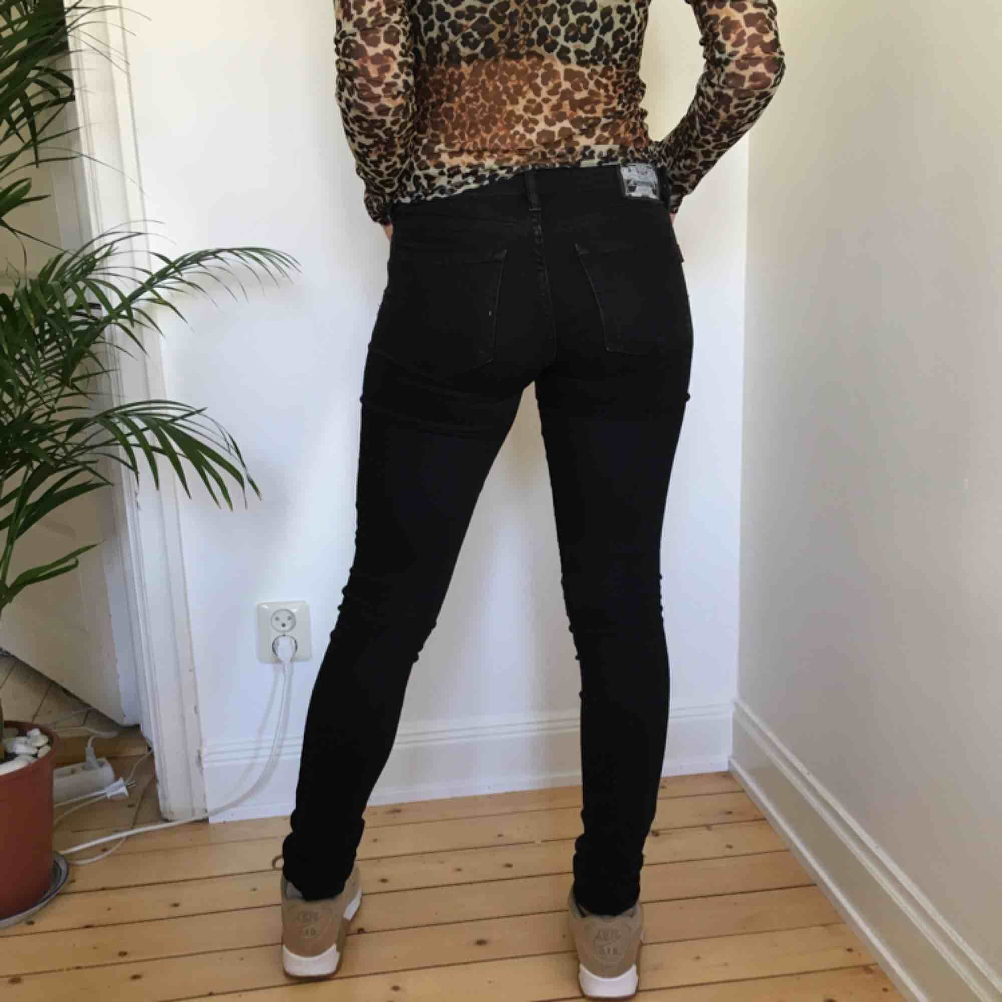 Ett par lågmidjade svarta jeans från JC! Vi möts gärna upp i Stockholm men pm frakt betalar köparen det. Jeans & Byxor.