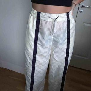 Grymt snygga byxor från Puma by Rihanna. Går att knäppa upp hela vägen så bara att välja och vraka hur öppet man vill ha. Jättesköna!