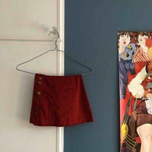 superfin röd kjol i mocka med snygga knappar från zara! i fint skick förutom några små märken i nedre kant (se bild). eventuell frakt betalas av köpare🎈betalning via swish!