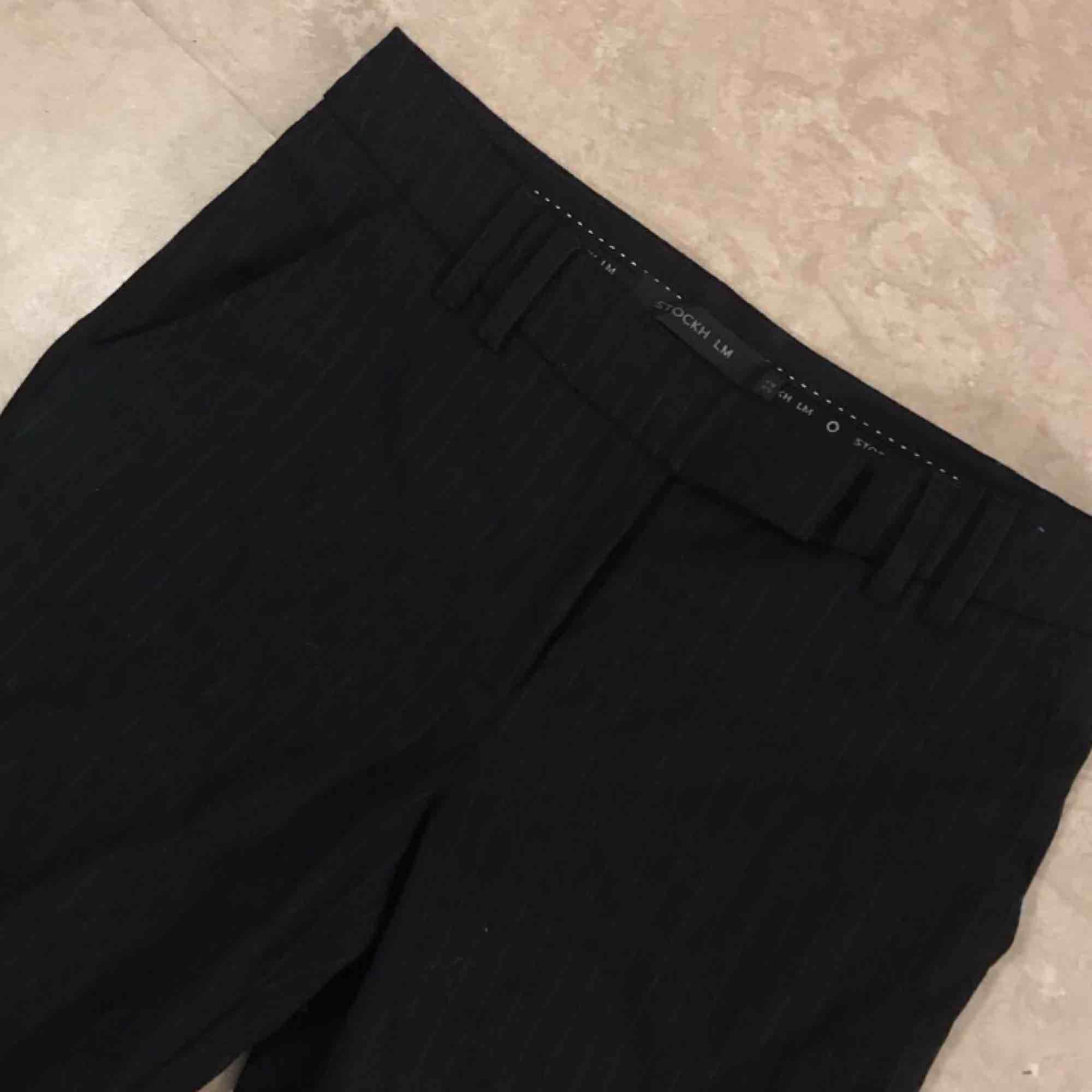 Kostymbyxor från STOCKHOLM i storlek 32 men stora så passar 34.. Jeans & Byxor.