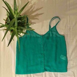 Jättefint grönt seethrough linne från monki i storlek s. Säljer eftersom att det tyvärr är för litet för mig. Tar emot swish och frakt tillkommer:)