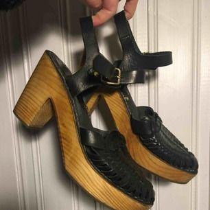 Snyggo Ecoté skor köpt ifrån Urban Outfitters i Kanada några år sen, men sellän använt. Buff Leather i svart, och trä i botten(nyss behandlat)  Kan skicka med frakt, köpare står 🤙🏾