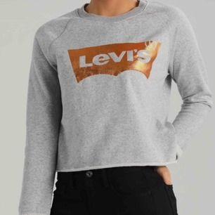 säljer denna långärmade tröja från Levis då den tyvärr  inte kommer till användning längre. Den ör i utmärkt skick och använda fåtal gånger. Köpt i en Levis butik för 639kr. Fraktillkostand tillkommer!! 💫