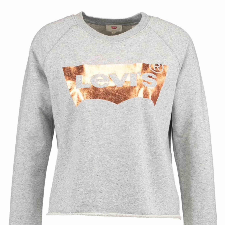 säljer denna långärmade tröja från Levis då den tyvärr  inte kommer till användning längre. Den ör i utmärkt skick och använda fåtal gånger. Köpt i en Levis butik för 639kr. Fraktillkostand tillkommer!! 💫. Huvtröjor & Träningströjor.