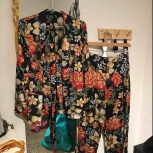 Så fin och cool kostym set i blommigt! Använd en gång och inköpt för ca 1500kr. Byxorna är högmidjade och vida med långa ben, så coola och kavajen är såå fin! Kavajen är i storlek S och byxorna M men är ganska tajta i midjan så passar säkert en S också!